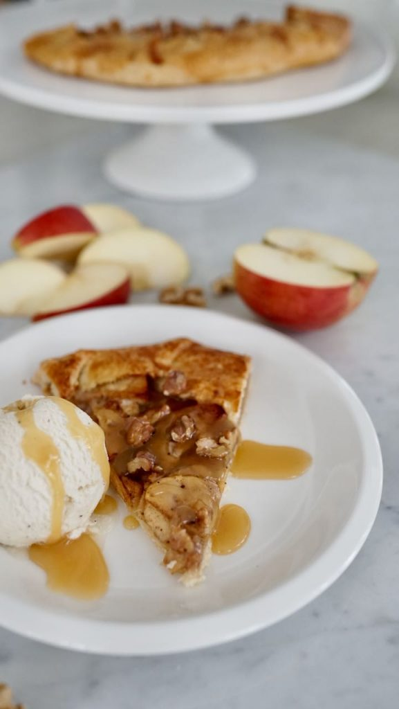 Maidottomat ja sokerittomat omenagalette sekä suolakinuskikastike