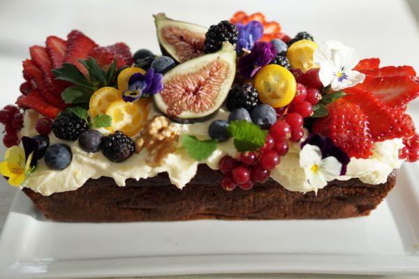 Marjat ja hedelmät koristelevat upean kakun